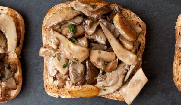 Tartine calde ai funghi porcini